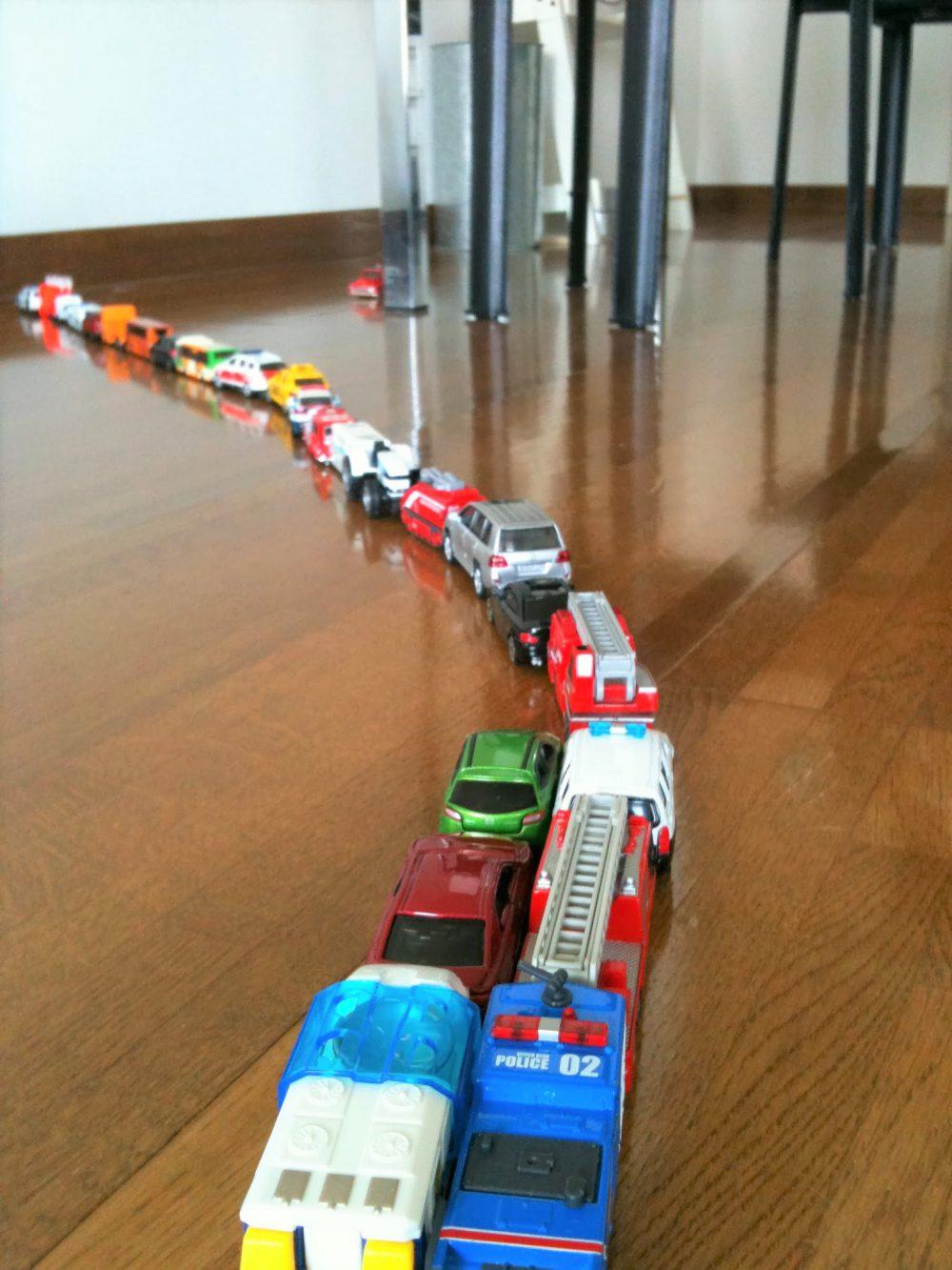 並べたおもちゃはわが子の作品!